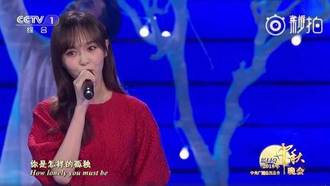 [新闻]180925 唐嫣红裙亮相央视中秋晚会 《好久不见》唱入人心