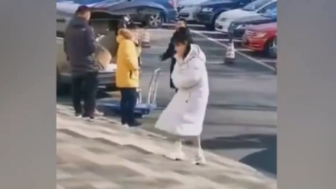 [新闻]200114 杨紫现身央视春晚首次联排 身穿白色羽绒服软萌可爱