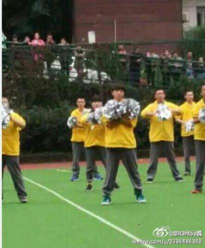 王俊凯学校跳啦啦操