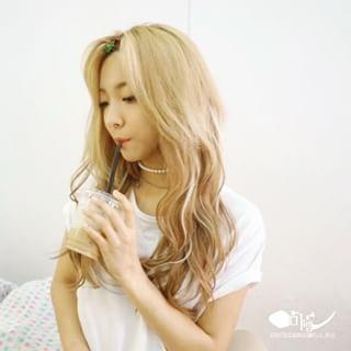 金色长发俏皮可爱