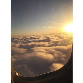 通过instagram上传了在飞机上窗外的风光,云层和阳光就是最好的景色.