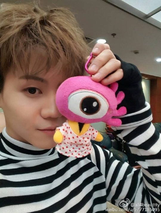 """6日下午,梁耀燮在个人微博公开自拍照并说道:""""可爱的娃娃""""。  没有你可爱噢。和斗俊那这是要微博采访的节奏吗?"""
