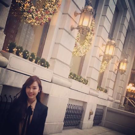 [郑秀妍][新闻]151230 秀妍微博送福利 纽约随性街拍堪比时装大片