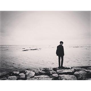 2日上午,艺声在ins上上传了一张站在海边的黑白色调背影照片,满满的