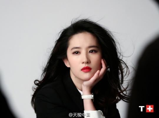 """粉丝评论:""""妈呀刘亦菲眼睛里有星星"""""""