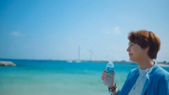 圭贤与泰妍为济州岛三多水拍摄的《济州岛的蓝夜》