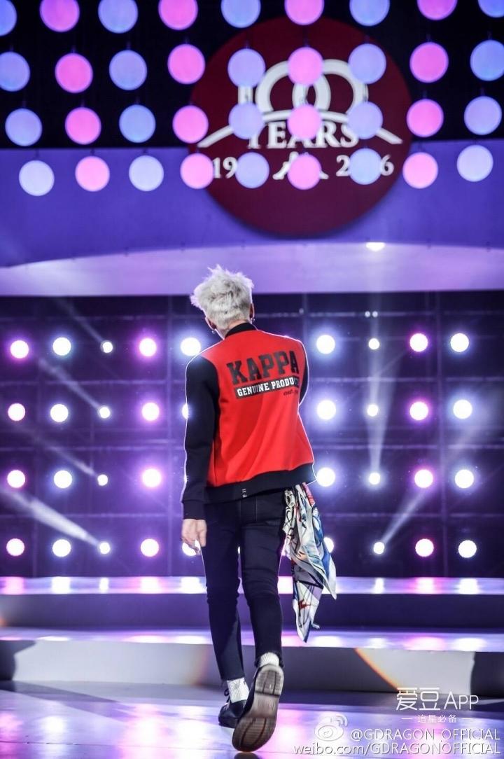 权志龙微博更新上传一张代言kappa的表演舞台