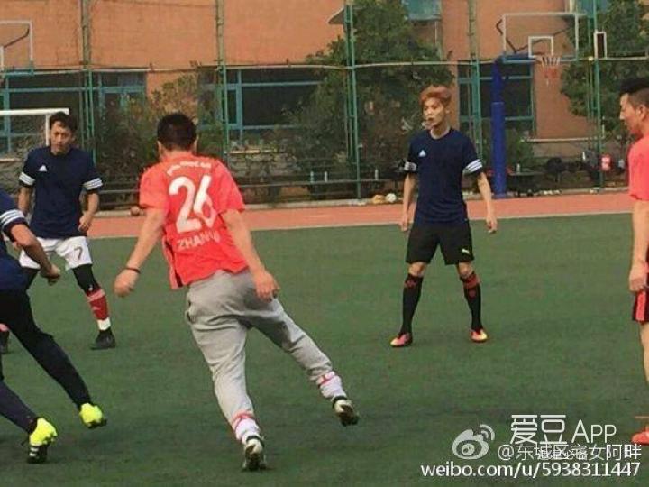 [鹿晗][分享]161017 东城区宅男假期模式:踢足球×买表!