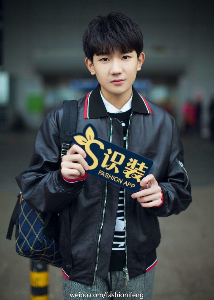 170128 王源新春纽约行 机场街拍黑色夹克满满少年力图片