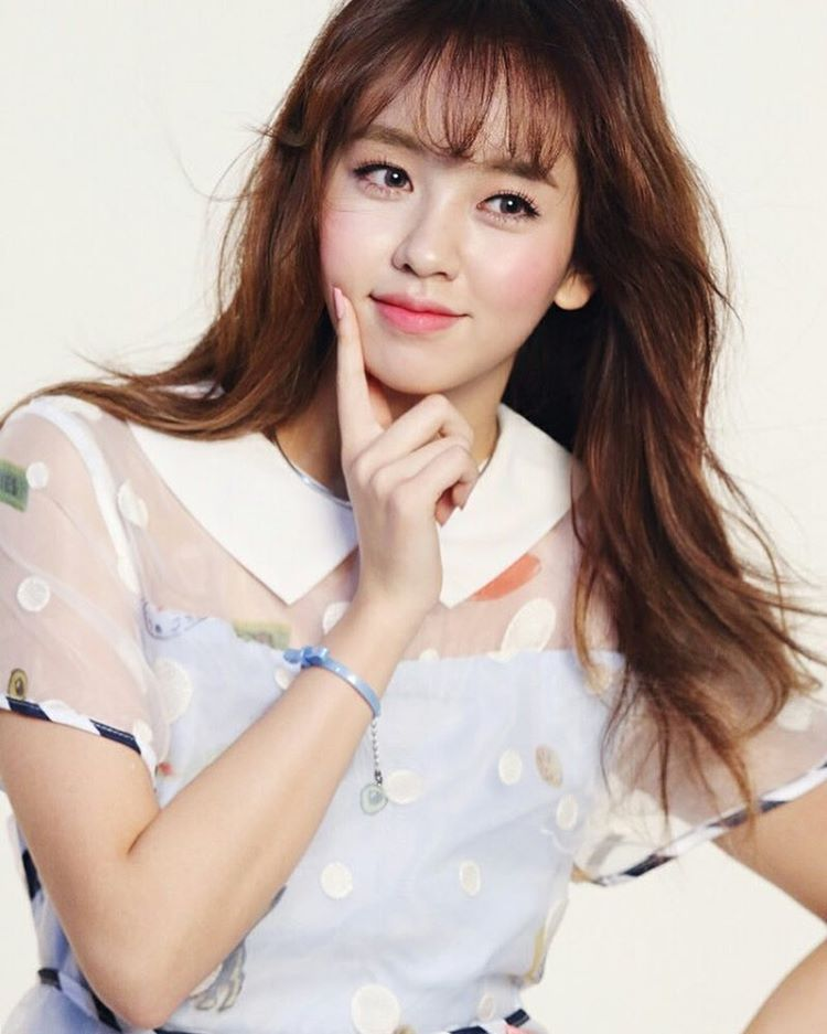 了金所炫代言的化妆品广告照片,照片中她可爱的妆容吸引了大家的关注.