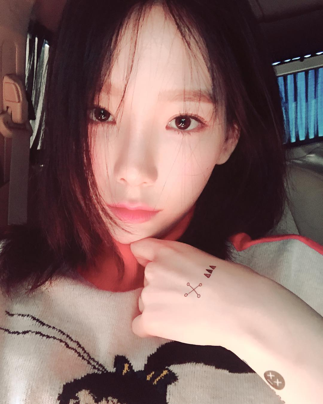 泰妍欧尼,让人非常专注地认真欣赏她的美颜暴击,而手背上的纹身贴甚是