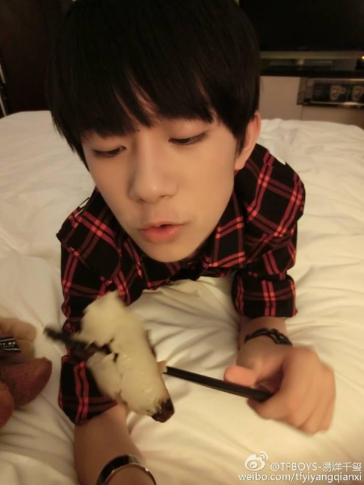 [tfboys][新闻]150621 易烊千玺微博趴在床上吃粽子