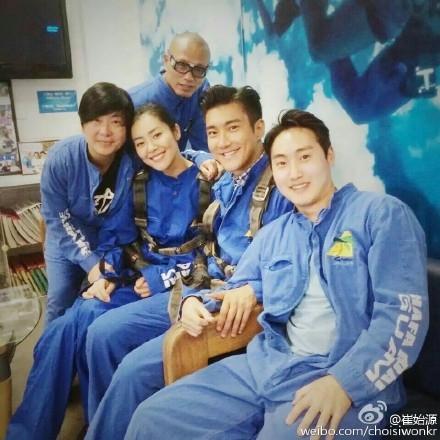 还记得始源上月微博剧透与刘雯在关岛高空跳伞认证照