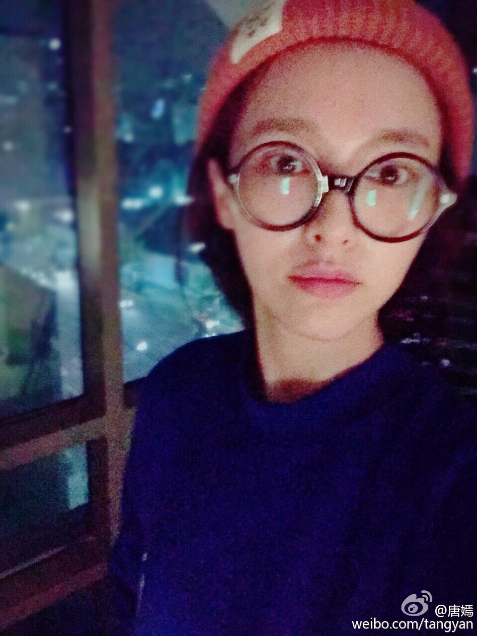 16日晚间,唐嫣晒出两张照片,其中一张她素颜戴着大圆框眼镜,另一张则
