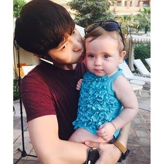 张艺兴与可爱的外国小女孩儿有爱