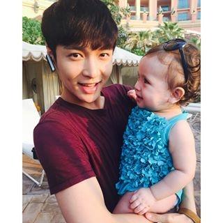[exo][新闻]151021 张艺兴与可爱的外国小女孩儿有爱合照