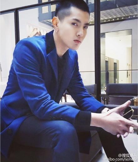 吴亦凡身穿蓝色风衣
