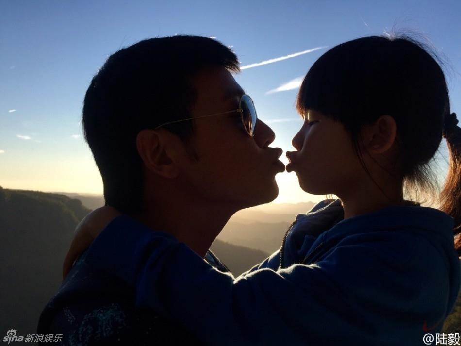 [消息]陆毅晒一家四口kiss照 贝儿姐妹嘟嘴卖萌图片