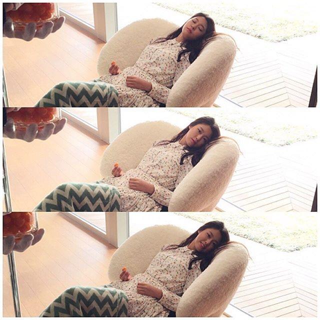 """13日雪炫更新ins写道:""""好困,想睡觉了~""""并同时上传一张装作睡着的三宫"""