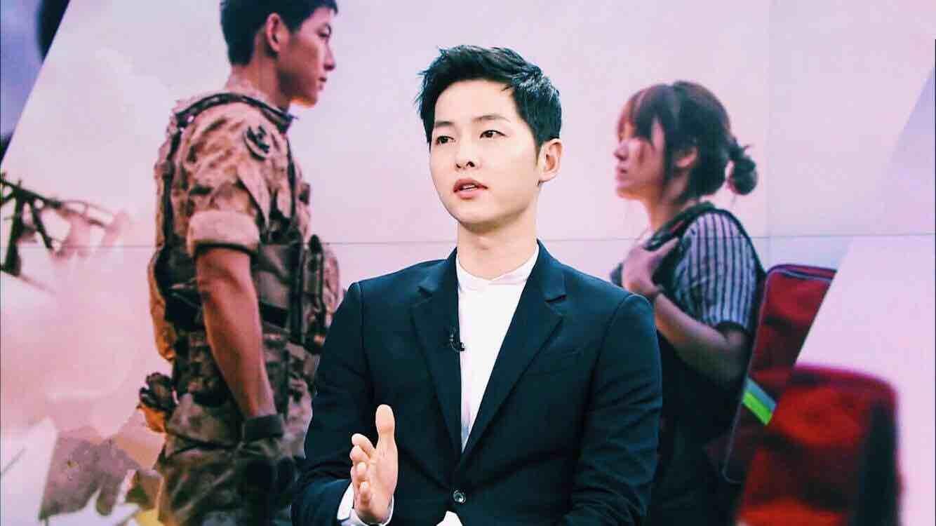 宋仲基和刘时镇大尉在《NEWS 9》留下认证照 - KSD 韩星网 (明星)
