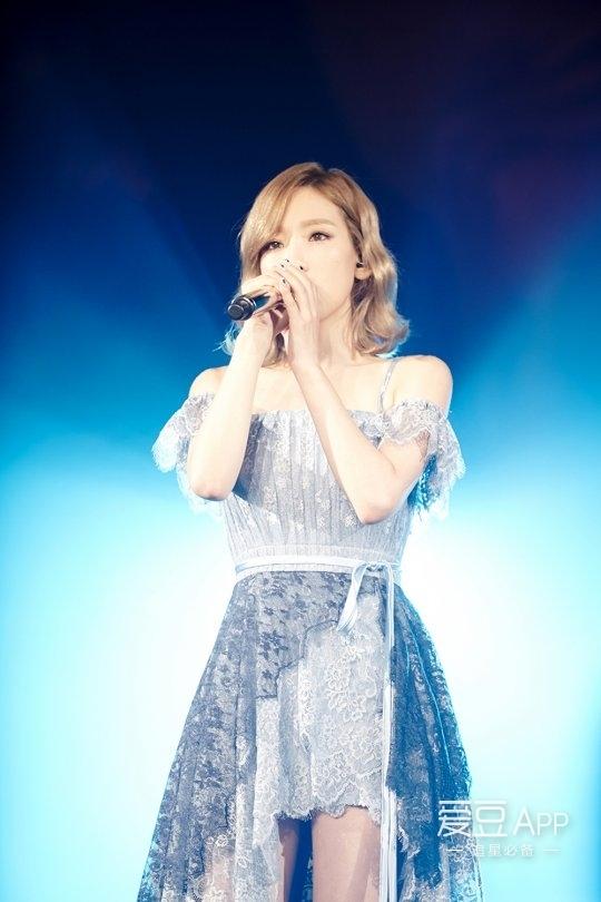 泰妍还演唱了广告插曲《济州岛的蓝夜》及