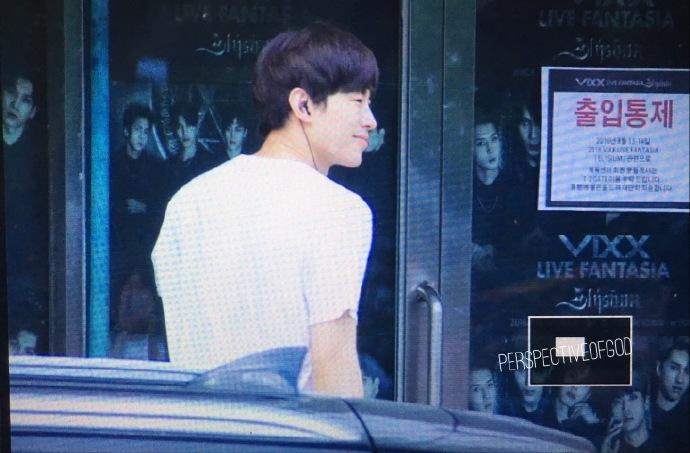爀LEO弘彬演唱会上班 简单清爽的黑白系时尚