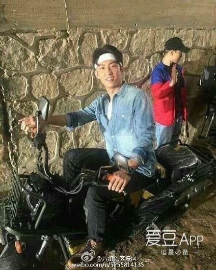 黄景瑜][新闻]160901 《枪炮腰花》路透黄景瑜绑发带骑摩托车——IDOL新闻