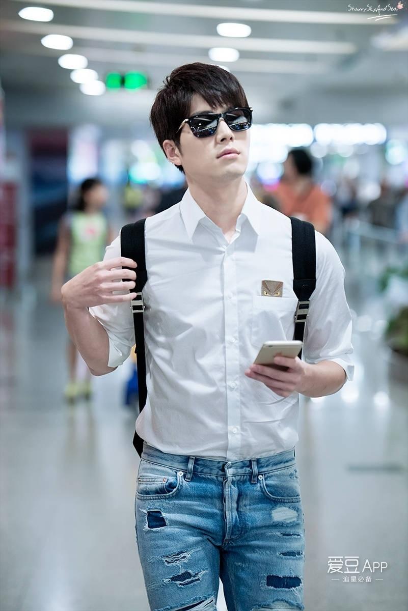 一条蓝色破洞牛仔裤搭配最最禁欲系的白衬衫简直帅炸