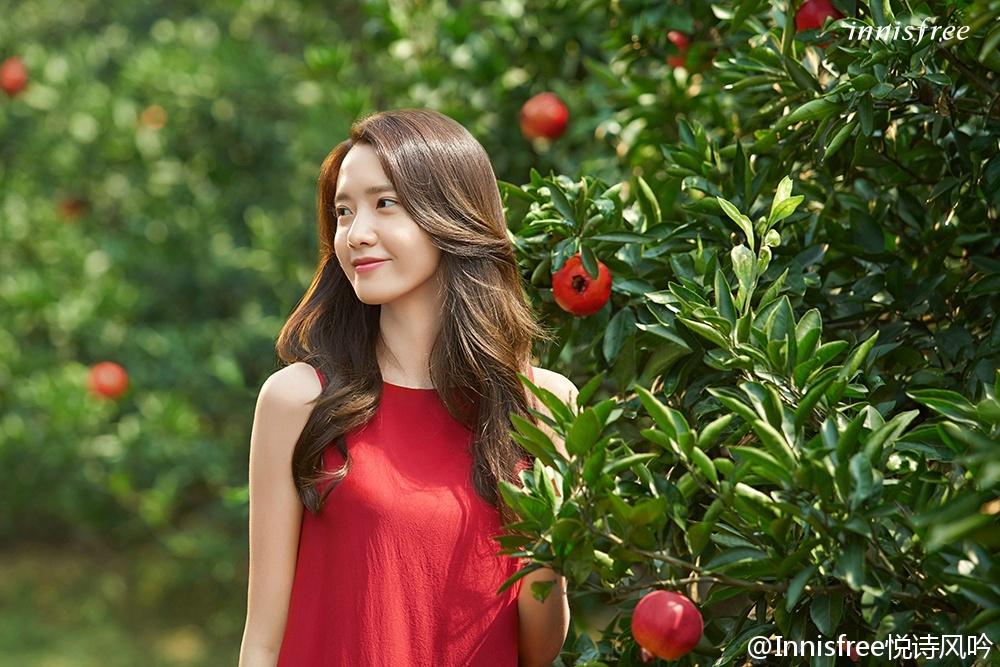 允儿穿着红石榴般火红的连衣裙,走在济州岛的石榴树林中,美得像石榴