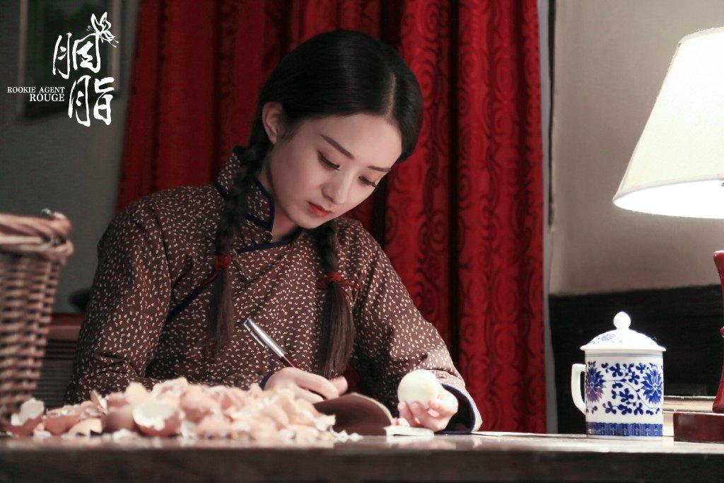 """[赵丽颖][新闻]161005 蓝胭脂变""""村花吃货""""狂剥鸡蛋"""