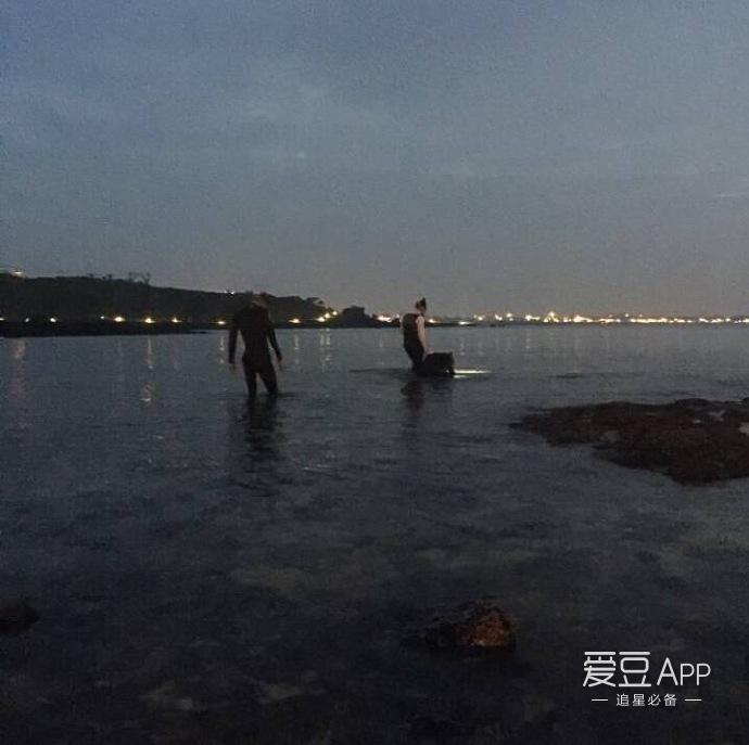 今年九月,世勋和暻秀一起来到济州岛进行了沙滩车,水底摸鲨鱼,潜海等