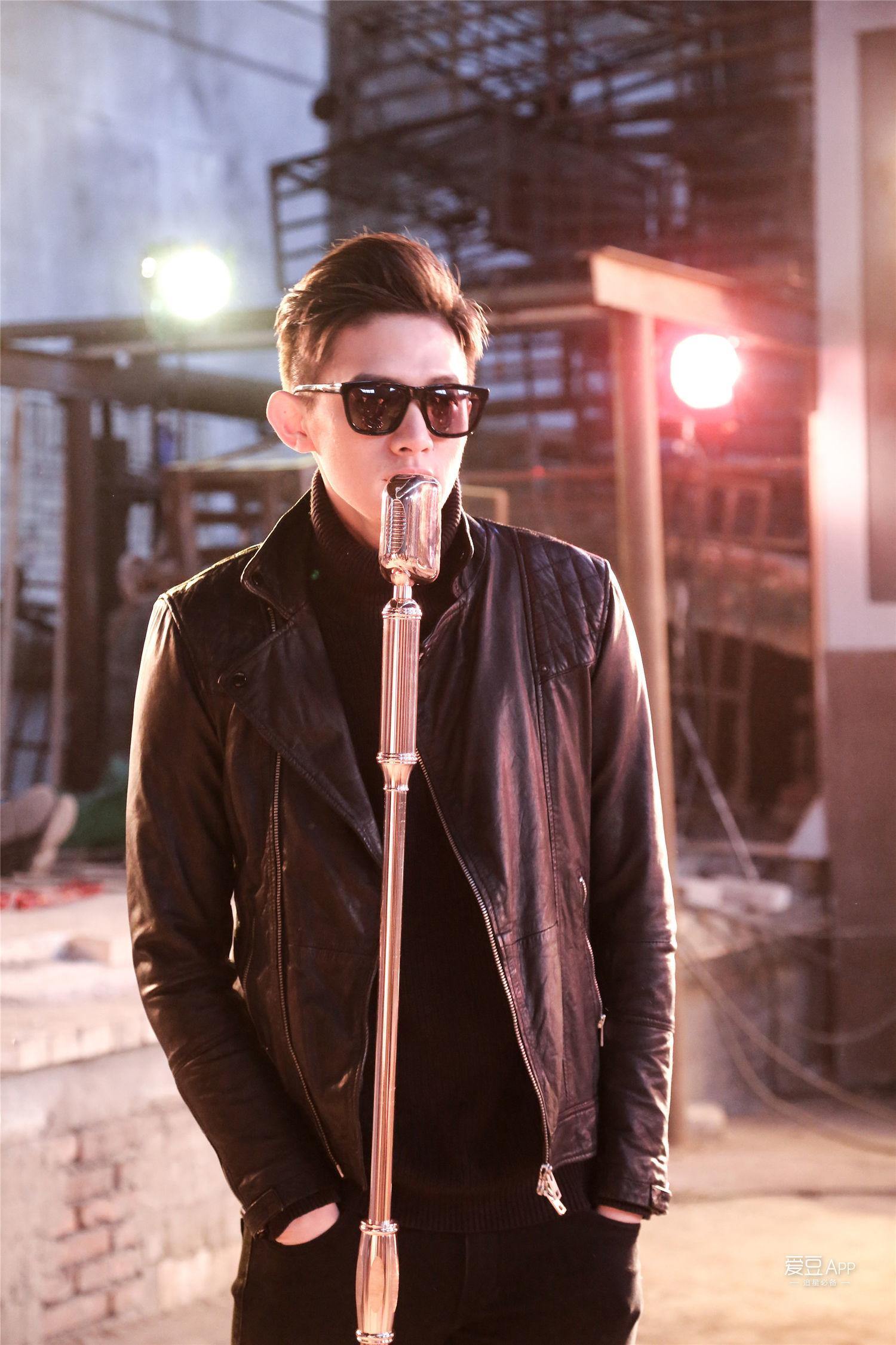 黑色修身小皮衣搭配黑色高领毛衣