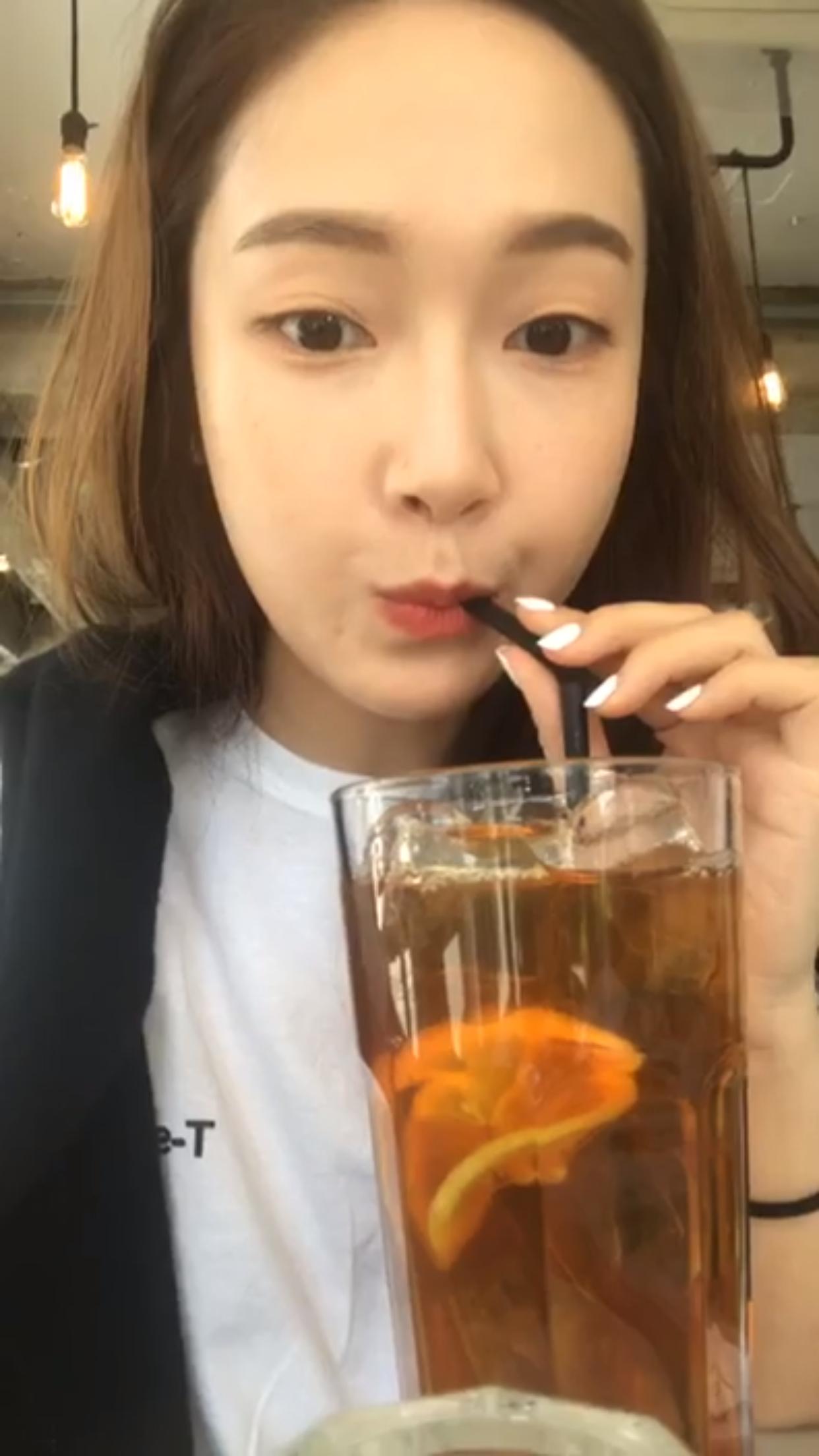 郑秀妍][分享]170423 小奶卡做直播日常 欧尼现身一秒 ...