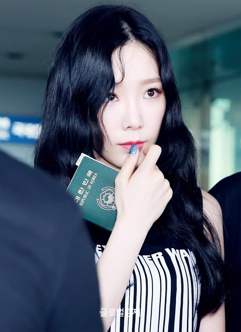 少女时代孝渊-泰妍清早抵达韩国 笑容满满心情好