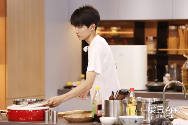 [王源][新闻]170914 王源《青春旅社》小剧透 做饭现场图大放送厨艺