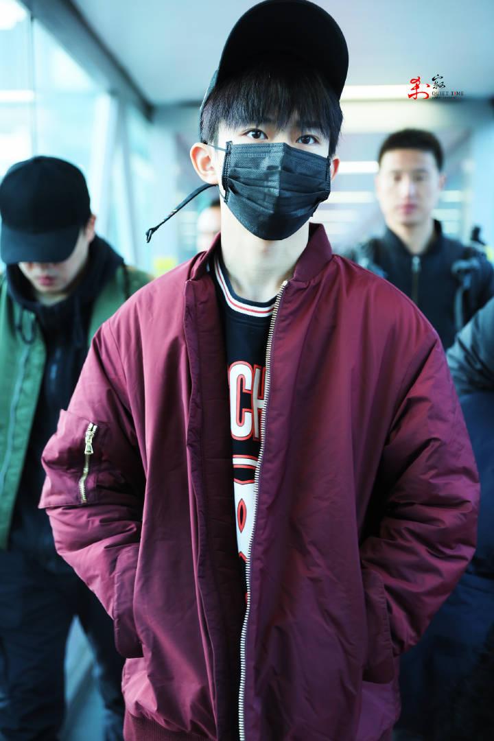 [TFBOYS][新闻]180122 易烊千玺北京出发飞上海 小哥哥穿着潮范儿十足