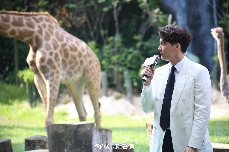 李易峰 新闻  今天下午韩延导演及峰峰一同在长隆野生动物世界与大家