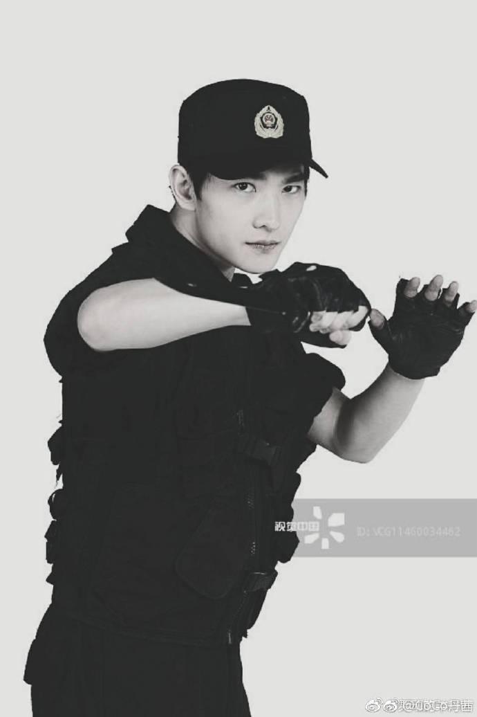 杨洋军人照片_[杨洋][新闻]190225 英姿飒爽的杨洋,一身正气的兵哥哥——IDOL新闻