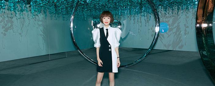 陈鲁豫出席珠宝品牌展览会 黑白配又酷又飒超有范儿