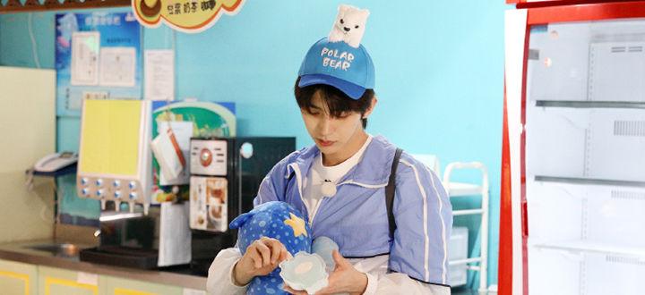 蔡徐坤《奔跑吧》剧照出炉 见到玩偶就走不动道的蔡三岁