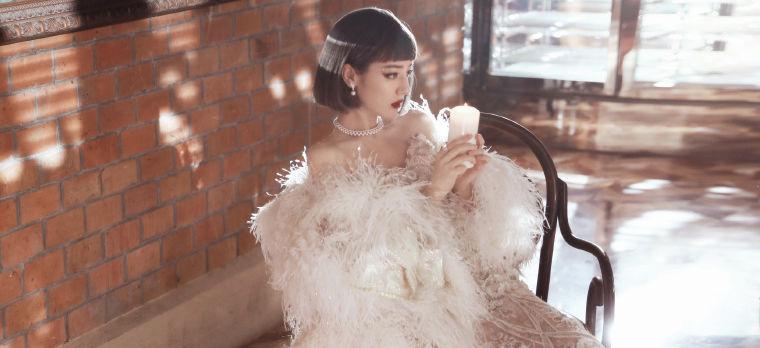 迪丽热巴微博之夜造型公开 复古短发羽毛披风美艳人间富贵花