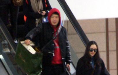[新闻]141229 杨幂素颜现身机场 海涛与女神同行酷似小跟班