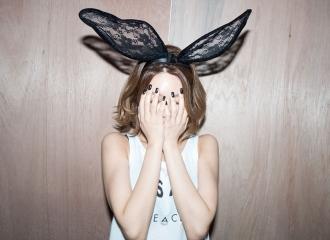 [新闻]160227 头戴超大蕾丝兔耳捂脸窥镜头 崔秀英是吃可爱长大的图片