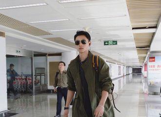 [新闻]180328 魏晨机场look帅气打call 一身军绿色带墨镜霸道总裁的气势归来