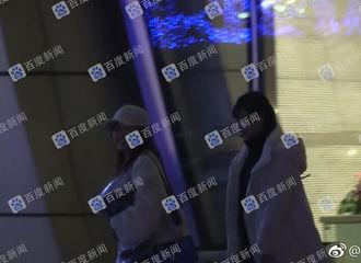 [新闻]190227 吴宣仪深夜外出会友被拍 迷之交际圈让粉丝摸不着头脑