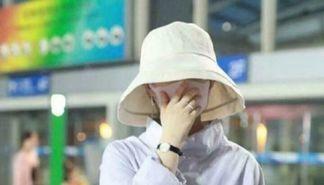 赵丽颖现身北京机场 身材依旧纤细似少女