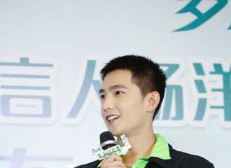 [新闻]190817 杨洋现身杭州品牌见面会 利落造型展现俊朗帅气