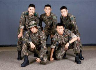 [新闻]200116 太阳大声和朋友们英姿勃发的军装合照 军队里结下的深厚友谊