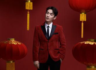 [新闻]200124 朱一龙贺岁图提前释出 红色绒面西服内搭白色衬衫沉稳雅致
