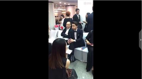 [分享]170624 李易峰嘟嘴喝水被拍 喵手一指示意工作人员的样子苏爆了!